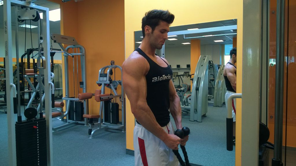 Bicepszhajlítás kalapács fogásban kötéllel csigán