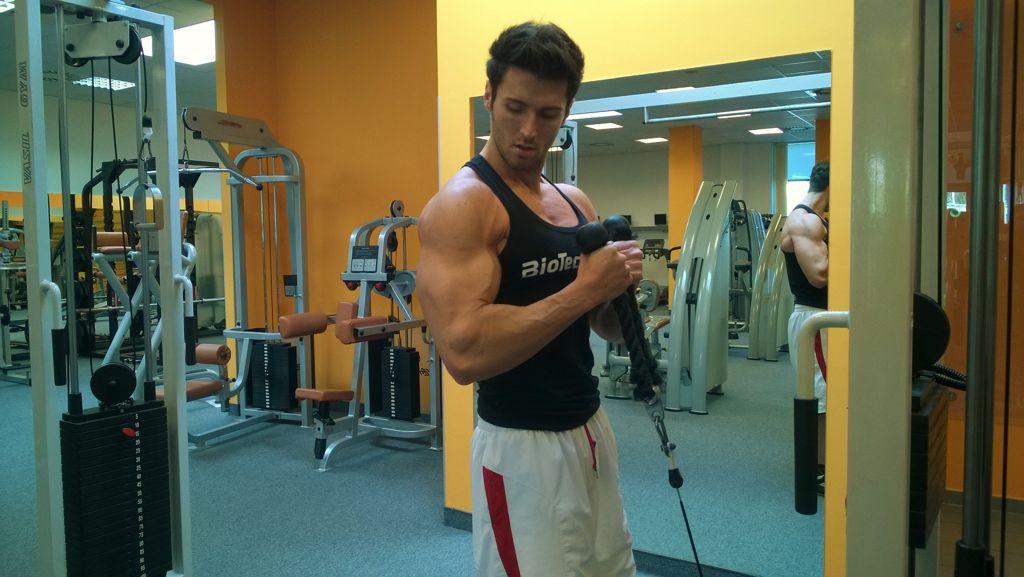 Bicepszhajlítás kalapács fogásban kötéllel