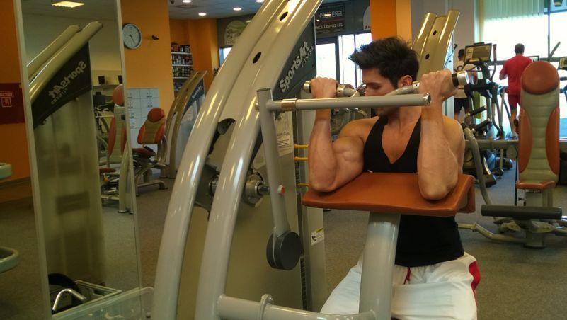 Bicepszhajlítás padon géppel