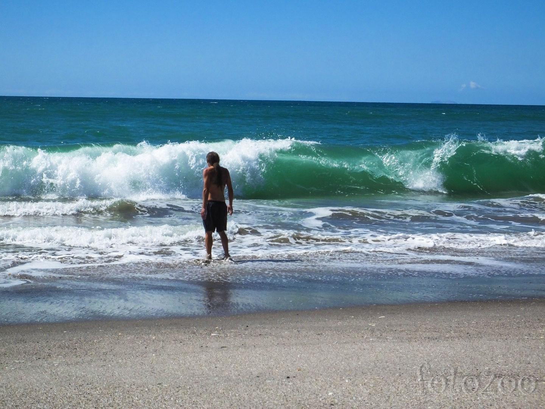 Nagyjából tizedszerre próbálunk fürödni a tengerben, ezúttal Matatánál nem sikerül. Hullámos és hideg. Nagyon HIDEG Forrás: Horváth Zoltán - Fotozoo