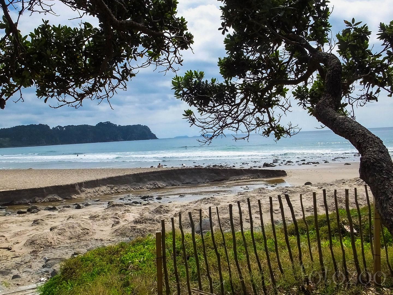 Hot Water Beach. A hullámok éppen eltakarják a lényeget, sajnos nem apálykor érkezünk. Forrás: Horváth Zoltán - Fotozoo