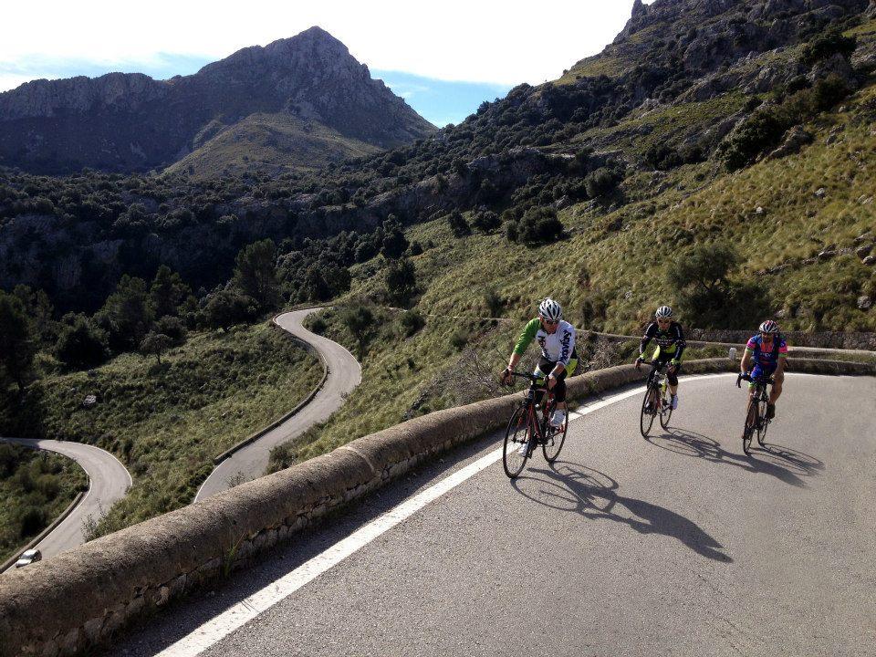 Kerékpáros fejvédő használat országúton Forrás: Mozgásvilág.hu