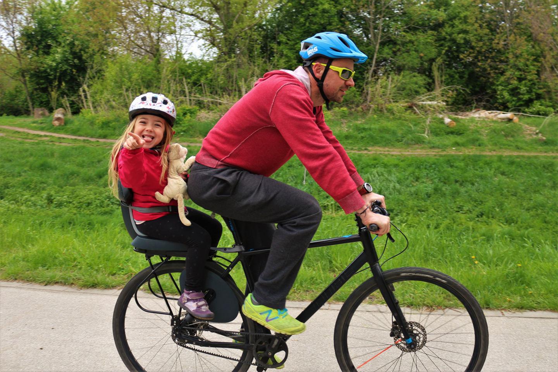 Kerékpáros fejvédő használat hétköznapi közlekedés közben Forrás: Mozgásvilág.hu