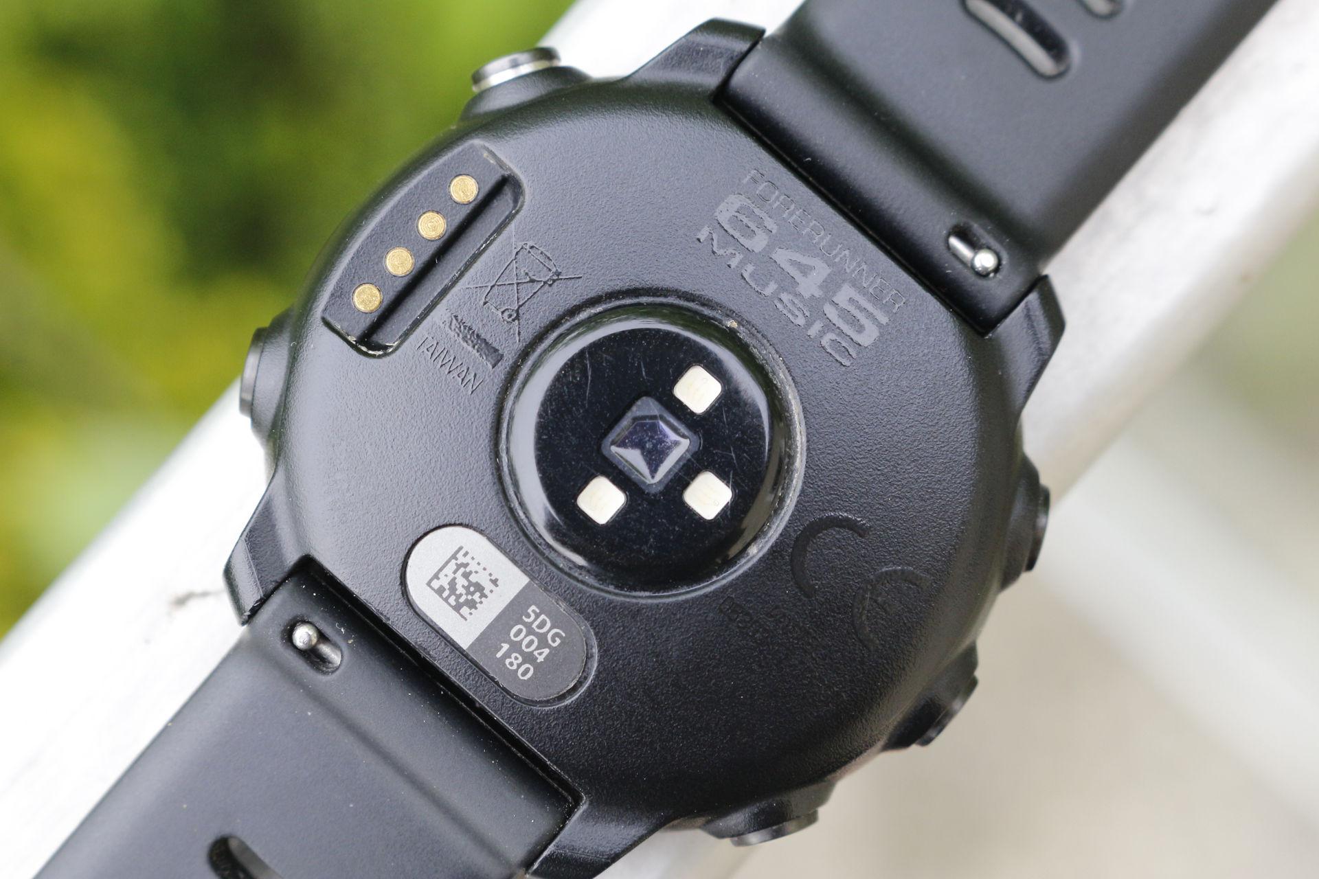 Garmin Forerunner 645 Music - pulzusmérő, csatlakozó, gyorszáras szíj Forrás: Mozgásvilág