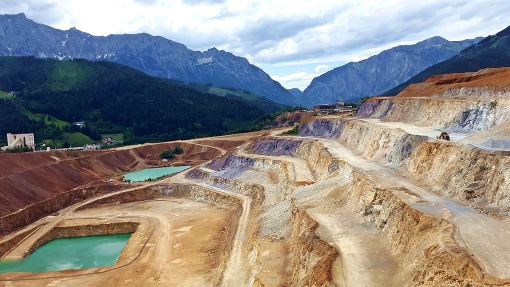 Az Erzberg megmunkált sziklalépcsői és háttérben az érintetlen hegyek kontrasztja Forrás: www.mozgasvilag.hu