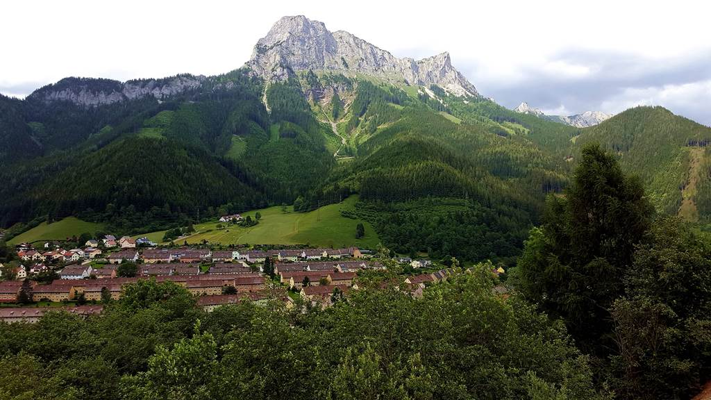 Eisenerz városa: előtérben a bányászházak, háttérben az alvó szerzetest formáló sziklás hegygerinc Forrás: www.mozgasvilag.hu