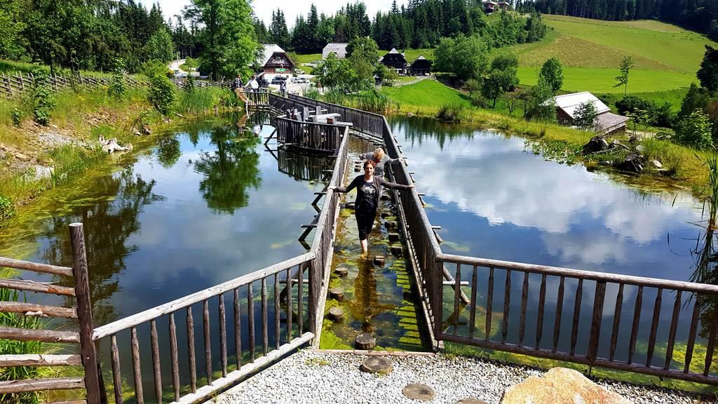 A mezítlábas tanösvény kiindulópontja, háttérben a Steirereck Forrás: www.mozgasvilag.hu