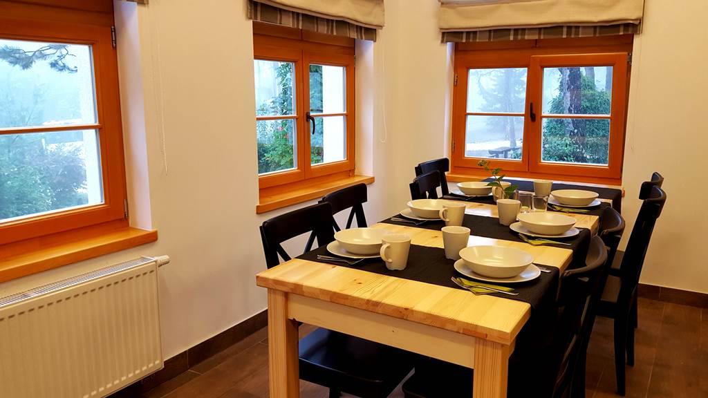 A Turistaház étkezője, amely konyhasarokkal felszerelt Forrás: www.mozgasvilag.hu