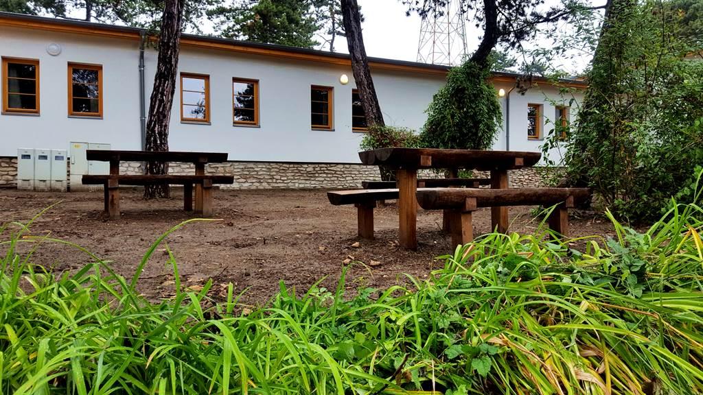 Kellemes, árnyas piknikező hely a ház előtt Forrás: www.mozgasvilag.hu