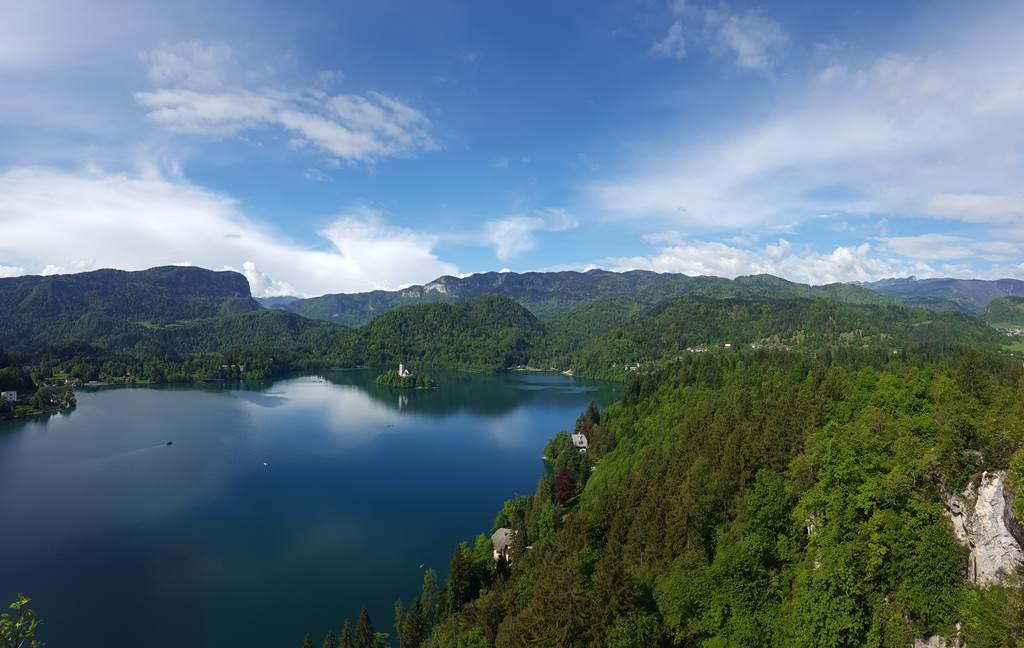 Kilátás a várkastélyból a Bledi-tóra Forrás: www.mozgasvilag.hu