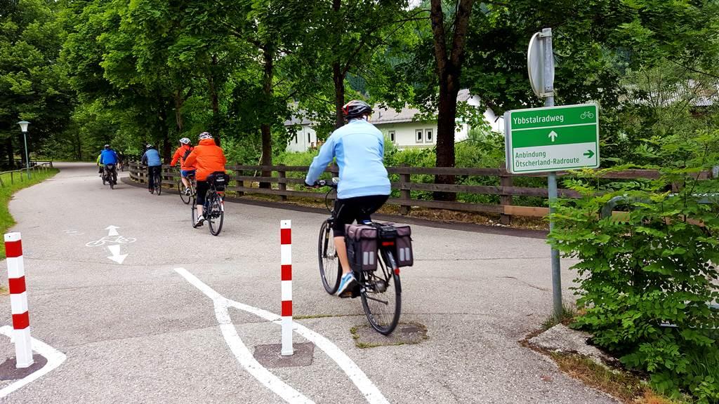 A kerékpárúton összeakadtunk egy 40 fős társasággal Forrás: www.mozgasvilag.hu