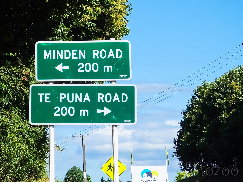 Vicces táblákból nincs hiány. Ha minden út 200 méterre balra van, akkor vajon mi lehet jobbra az a bizonyos Te Puna? Forrás: Fotozoo - Horváth Zoltán