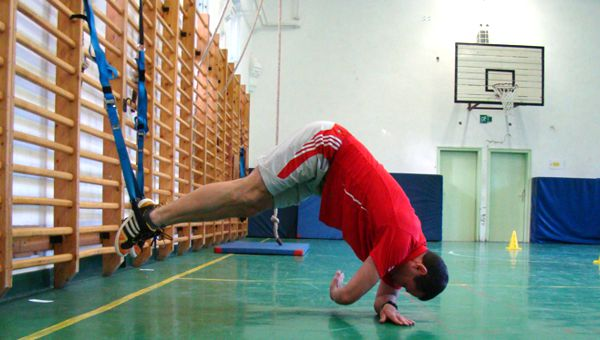 Suspended side Plank with reach-through Forrás: Teamworkout.hu