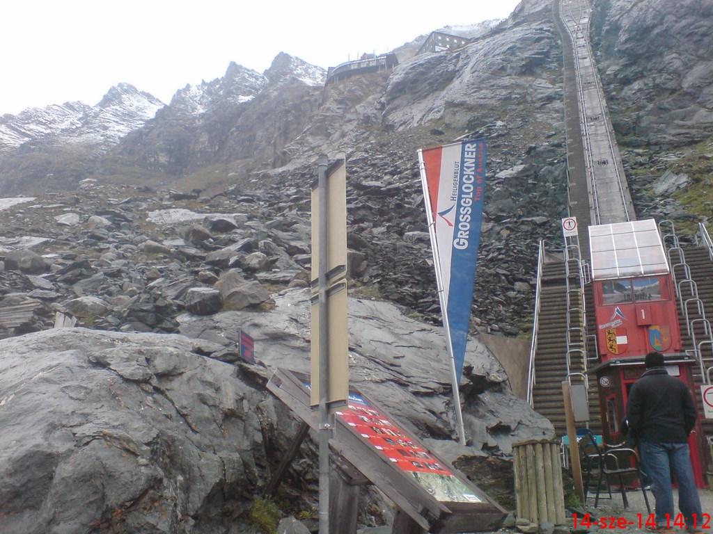591.Utaztunk-a-Gletscherbahnon-a-Franz-Josefs-H-h-r-l.JPG Forrás: Dr. Horváth Éva