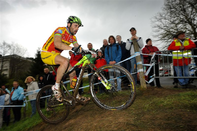 80702-100502_BEL_Houffalize_XC_Men_Hermidaq_sideview_spectators_by_Kuestenbrueck.jpg