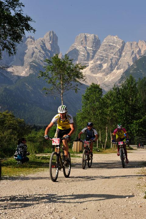 Egy pihentetős egyenes szakasz kb 1400 méteres magasságon, háttérben a híres Monte Cristallo csúcsa.