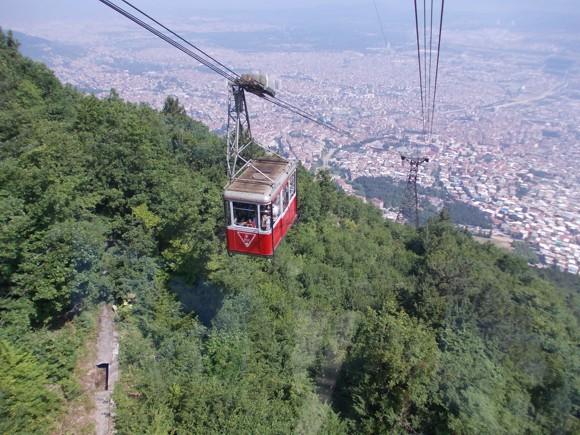 Bursa városa és a hegyre induló felvonó
