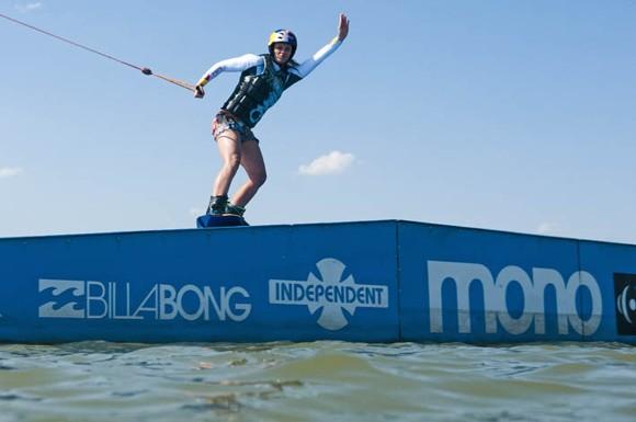 Horváth Kinga köszönti a vízben lebegő fotóst