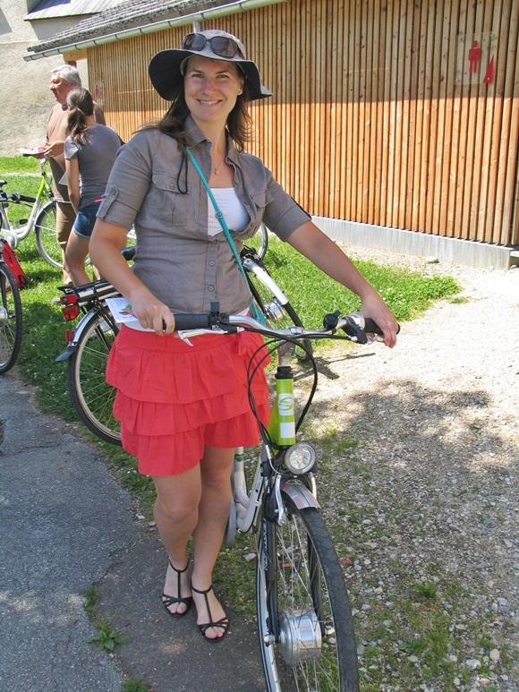 E-bike-ozás kalapban és szoknyában Forrás: www.mozgasvilag.hu
