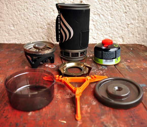 A szett kibontva: főzőfej, a literes edény, a gázpalack, a fej kiegészítő nagyobb edényekhez, 3decis csésze, palack tripod, fedél