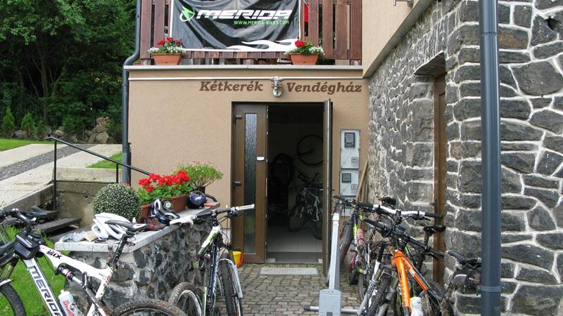 Kerékpártároló bejárat