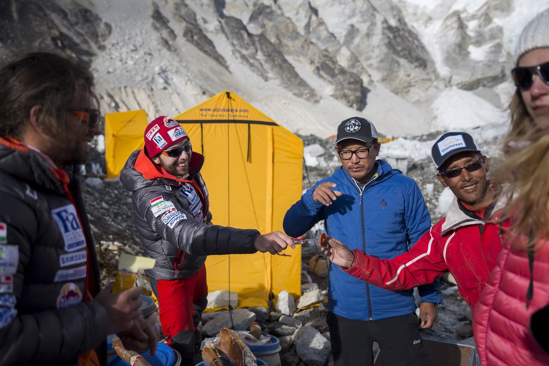 Phurba a Magyar Everest Expedíció 2017 alaptáborában Klein Dáviddal, Suhajda Szilárddal és Török Edina alaptáborvezetővel Forrás: Magyar Everest Expedíció 2017/Mohai Balázs
