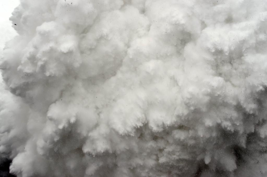 A lavina robbanásszerűen érkezett az alaptáborba Forrás: AP/Roberto Schmidt