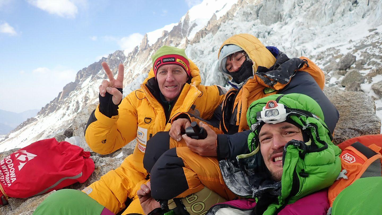 Denis Urubko, Elisabeth Revol és Adam Bielecki, miután megtalálták a francia mászónőt Forrás: Adam Bilecki Facebook