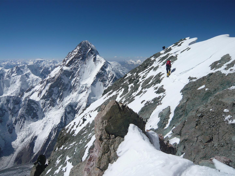 Broad Peak csúcsgerinc (háttérben a K2) Forrás: Suhajda Szilárd