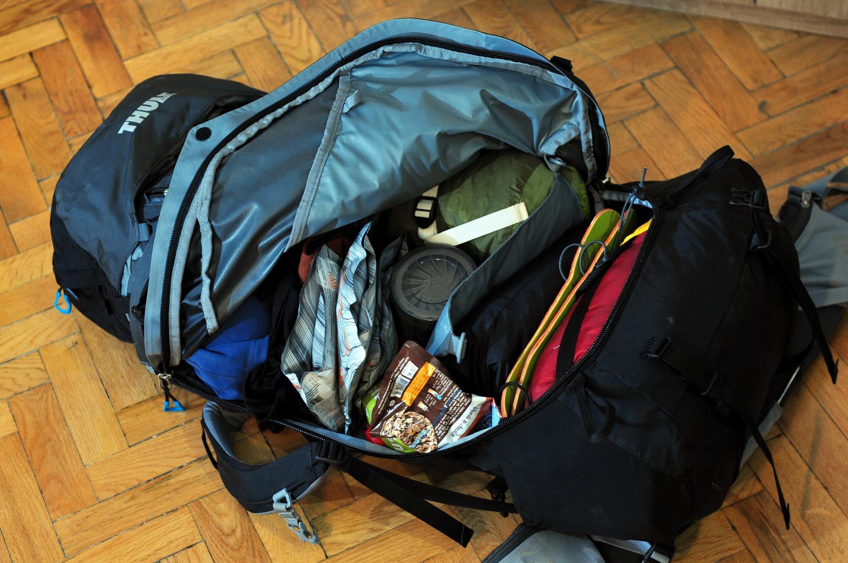 Alulról felfele a hálózsák, derékalj, konyha és ételek, ruházat Forrás: Paraferee - mozgasvilag.hu