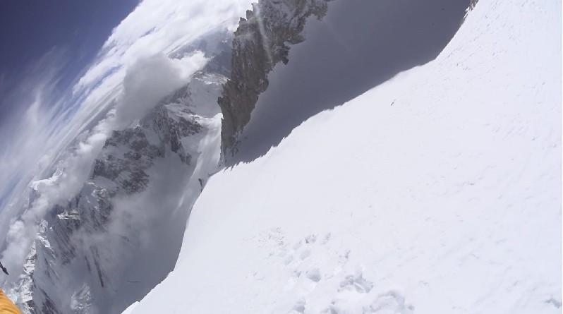 Nyomok a hóban, a platón, 7500 méteren Forrás: Denis Urubko archívum