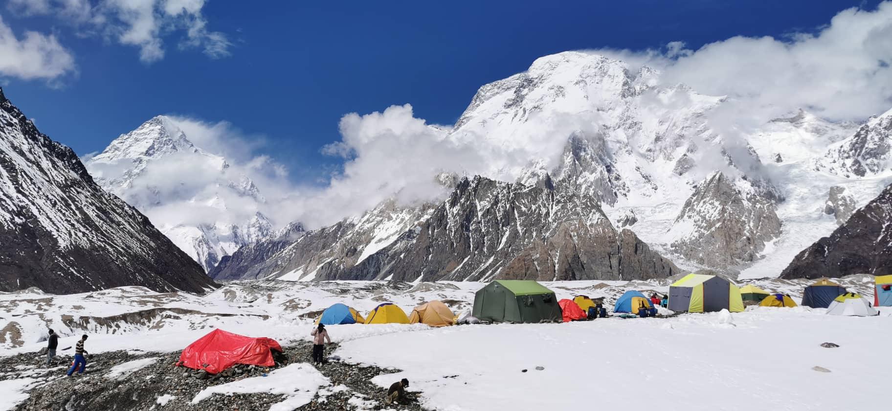 K2 alaptábor, balra a K2, jobbra a Broad Peak emelkedik Forrás: Magyar K2 expedíció 2019