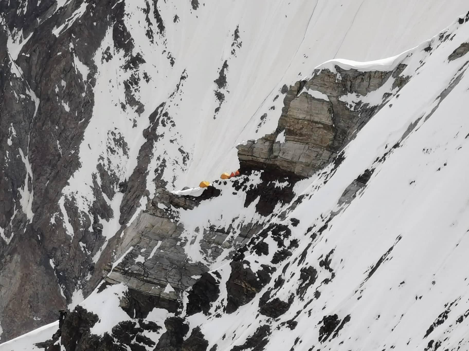 Tábor a távolból a K2-n Forrás: Eseményhorizont