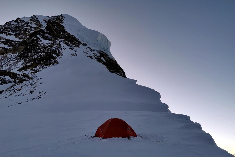 Szilárd magányos sátra 7800 méteren, a 4-es táborban. Övé volt a Föld legmagasabb hálóhelye ezen a napon Forrás: Eseményhorizont