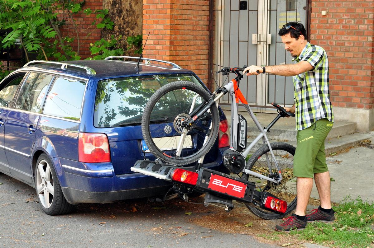A nehezebb bringákat sem kell emelgetni, hisz oldalra is dönthető a tároló Forrás: Paraferee - mozgasvilag.hu