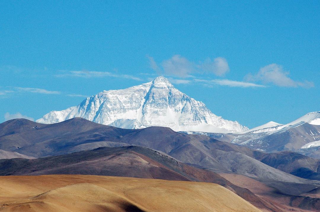 Az Everest északi oldala Tingri felől Forrás: Wikipédia/Joe Hastings