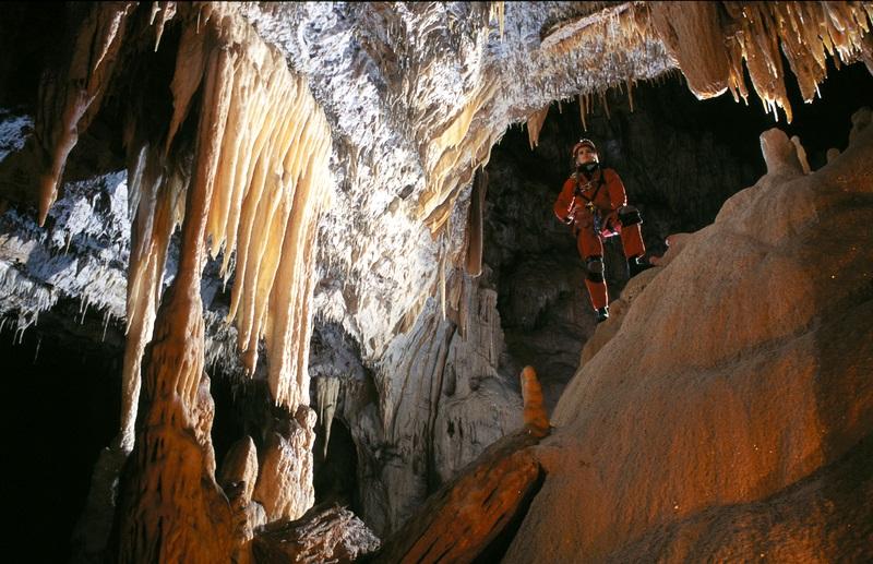 Barlangászkodás karszt barlangban