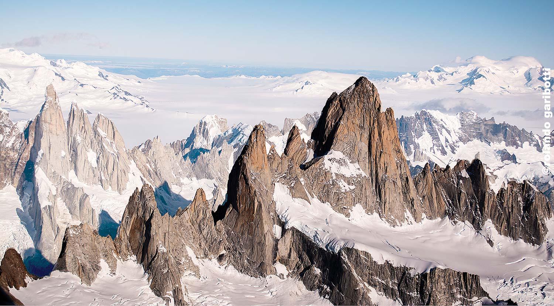 Középen a Fitz Roy-csoport, balra hátul a Cerro Torre Forrás: Patagonia Vertical - Rolando Garibotti