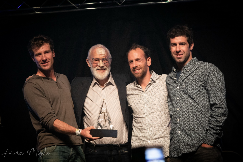 A Bajszos Banda a legendától, Sir Chris Boningtontól vette át a díjat Forrás: Ladek Mountain Festival/Anna Migda