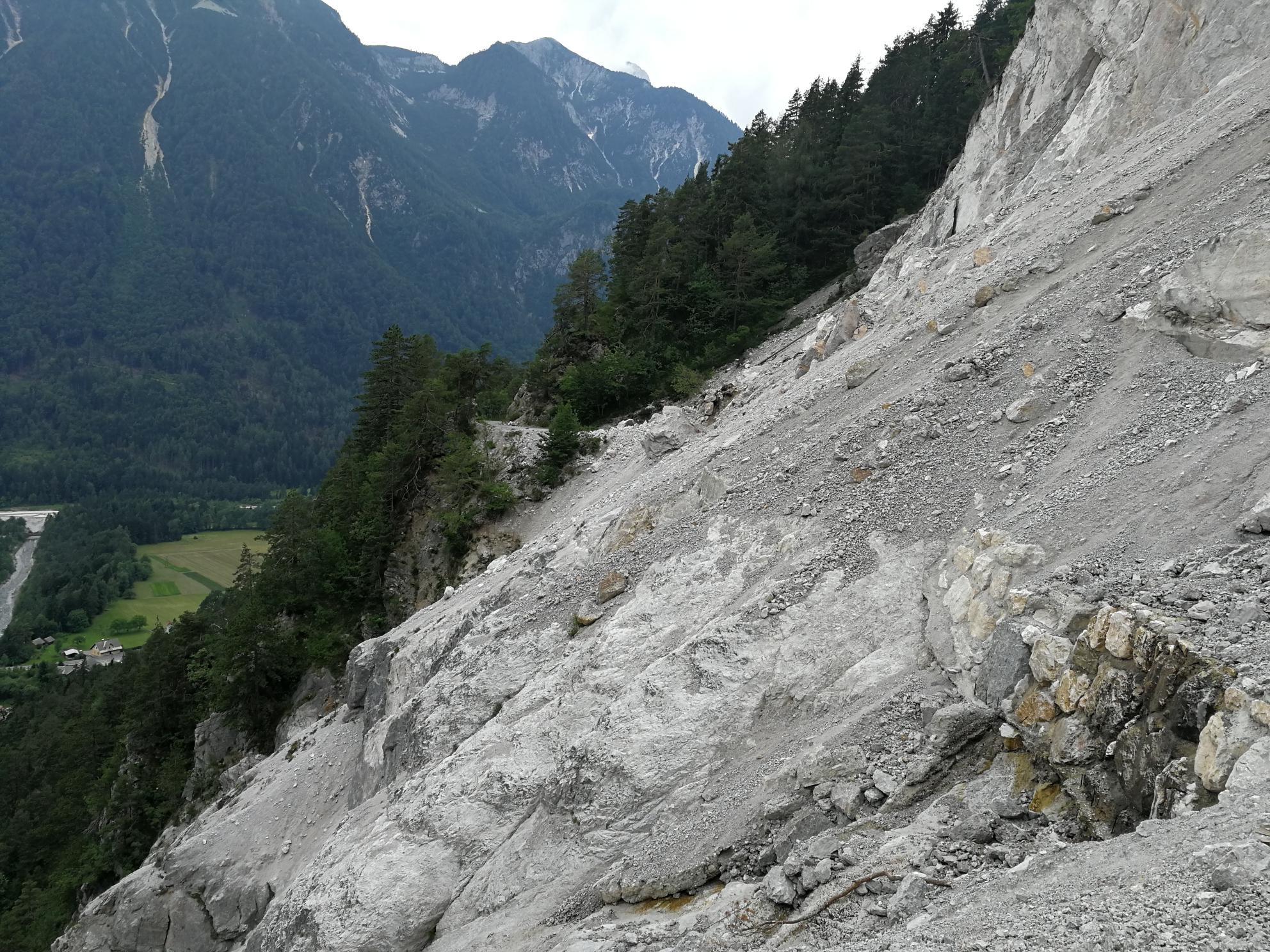 Hegyomlás torlaszolja el az utat a szlovén oldalon Forrás: (c) Martin Schack touren.kaernten.at