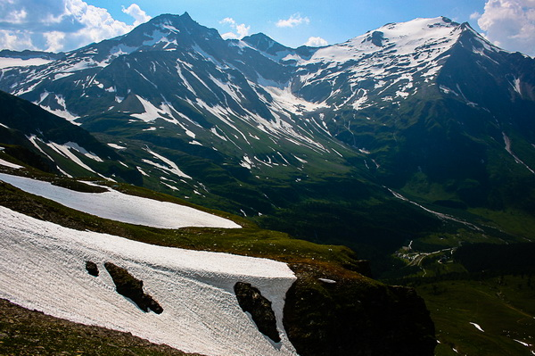 Ártatlannak tűnő nyári hófoltok - háttérben a Sonnblick és a Hocharn Forrás: Pintér László