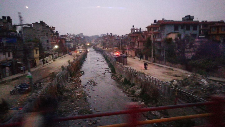 Katmandu utcakép folyóval Forrás: Pintér László - Mozgásvilág.hu
