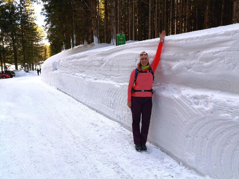 A több mint 2 m magas hófal Forrás: www.mozgasvilag.hu