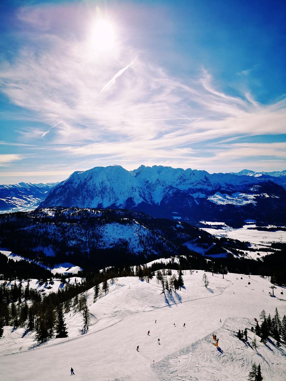 Síelés Tauplitzon - háttérben a 2351 m magas Grimming hegy Forrás: www.mozgasvilag.hu