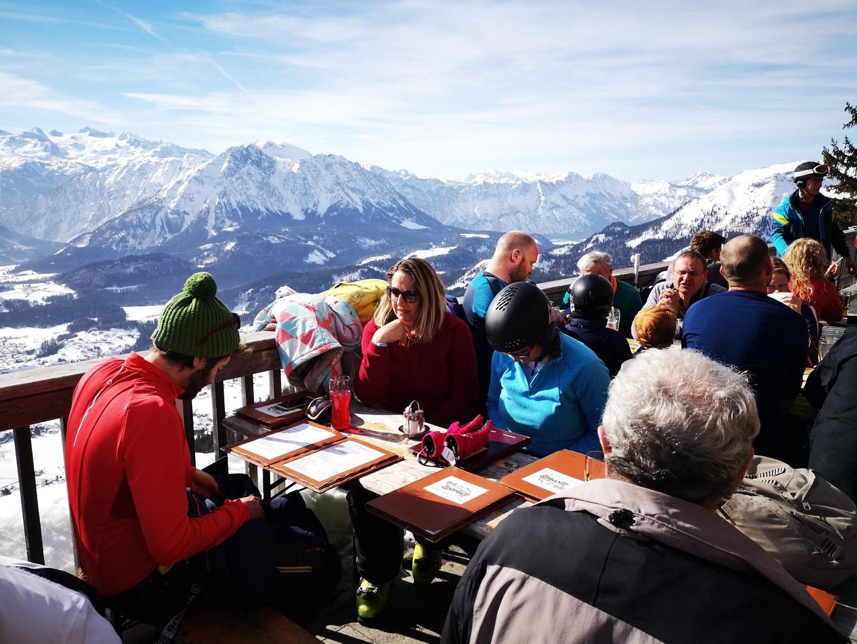 A Loserhütte teraszáról egyszerűen pazar a kilátás Forrás: www.mozgasvilag.hu