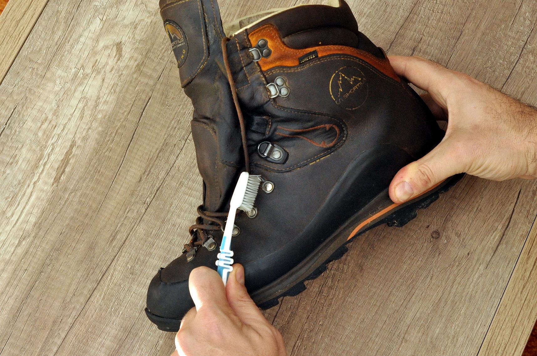 Egy már nem használt fogkefe jól jöhet az akasztók megtisztításakor Forrás: Paraferee - Mozgásvilág.hu