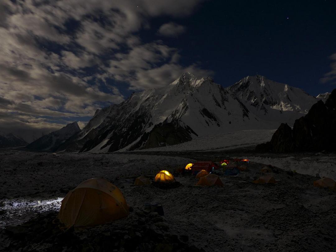 Egy békés pillanat az alaptáborban Forrás: Johnnie Walker K2 expedíció/Suhajda Szilárd