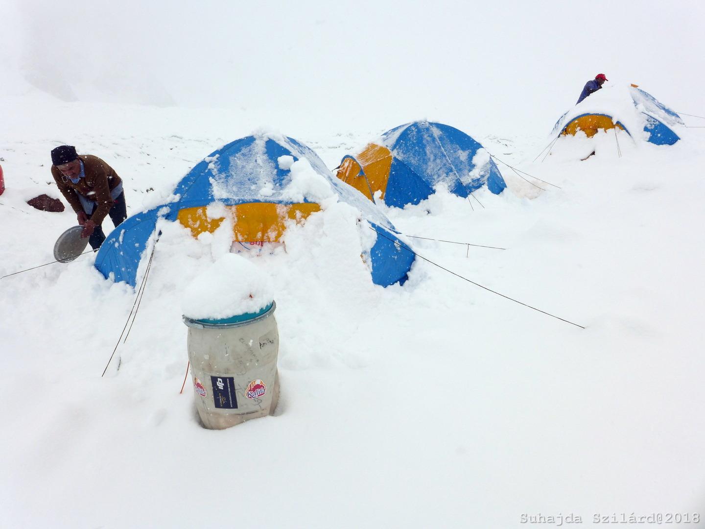 Kéthetes alaptábori várakozás (Gasherbrum BC) Forrás: Suhajda Szilárd