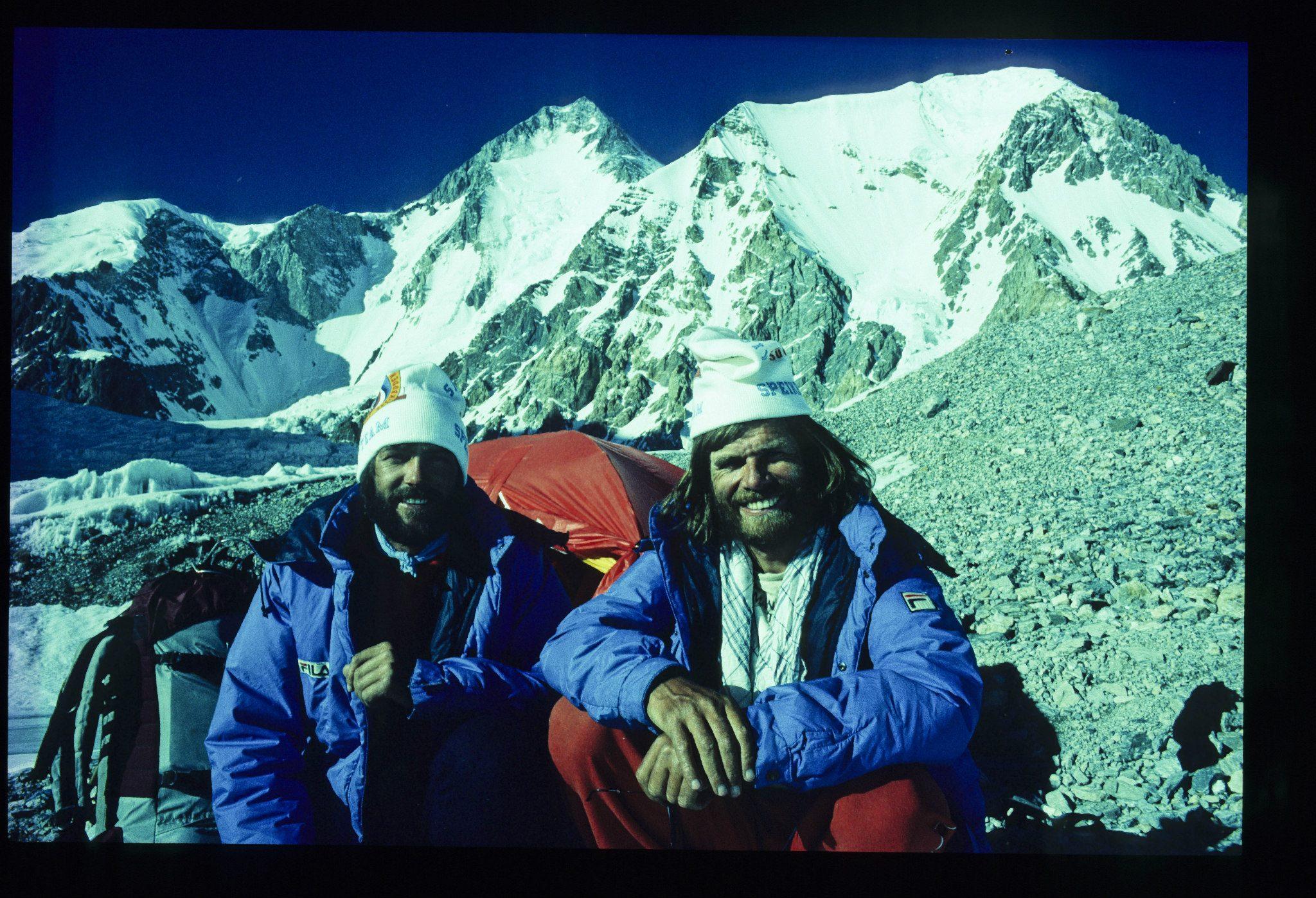 Kammerlander Messnerrel a Gasherbrumok előtt Forrás: Hans Kammerlander archívum