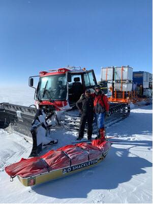 Ilyen, ratrakhoz hasonló traktorok vontatta szánkaravánok járják a Déli-sark - McMurdo jégutat Forrás: Lou Rudd Facebook